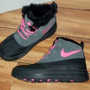 Nike Woodside Chukka 2Hyper Pink Black Girls Boots